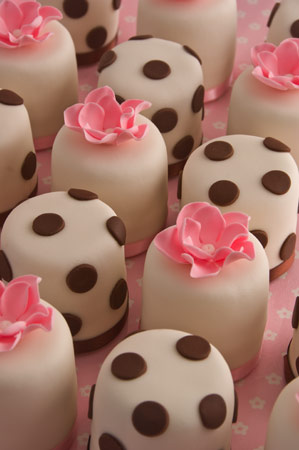 polka-dot-and-pink-mini-cakes