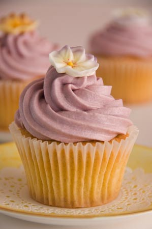 lilac-and-pansy-wedding-cupcakes
