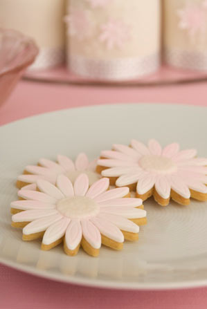 pink-daisy-wedding-cookies